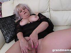 Only mature spreads her legs to pleasure her pussy with a dildo