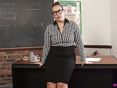 Nerdy broad in the beam MILFie prof Ashley Rider is eager to fingerfuck herself