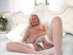Dirty mature Ellen B loves pigeon-holing her old cunt beyond the bed